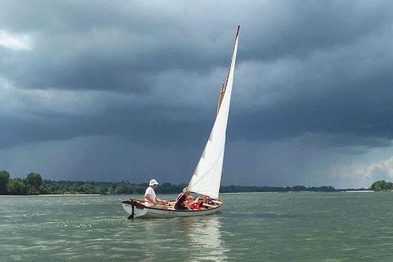 Een botenbouwer op de Open Dag Hout